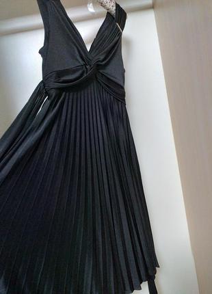 Черное платье с плисерованной юбкой с завышенной талией в греч...