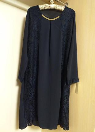 Платье темно синего цвета со вставками кружева и украшением