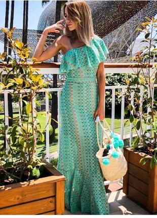 Длинное платье макси с воланом на груди и оголенным плечом из ...