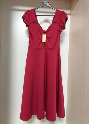 Красно бордовое миди платье с красивым декольте и воздушной св...