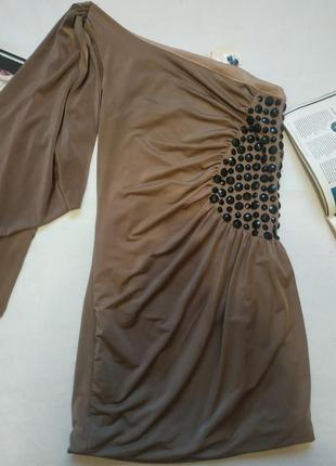 Эффектное платье на одно плечо цвета кофе с молоком