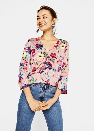 Розовая блуза со цветочным принтом и стяжкой спереди bershka