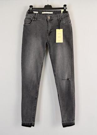 Серые джинсы скинни с небольшим разрезом на колене bershka