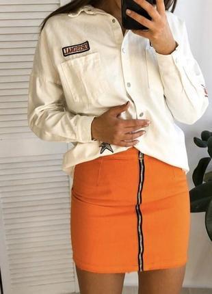 Оранжевая джинсовая коттоновая юбка с молнией спереди на высок...