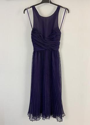Вечернее фиолетовое плиссированное платье миди с вырезом по сп...