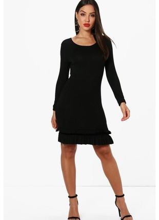 Легкое вискозное черное приталенное платье с рюшами boohoo