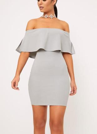 Серое приталенное платье с открытыми плечами и воланом missguided