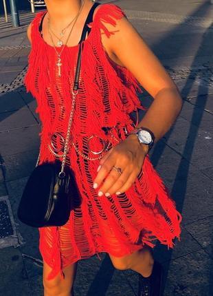 Красное трикотажное вязаное платье с бахромой вязания крючком ...