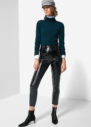 Черные укороченные виниловые штаны на высокой посадке stradiva...