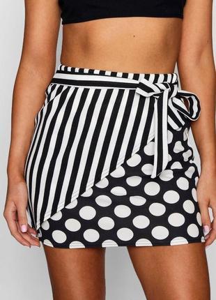 Черно-белая мини юбка на высокой посадке в полоску и горошек b...