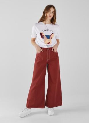 Бордовые трендовые джинсы с широкими штанинами и высокой талие...