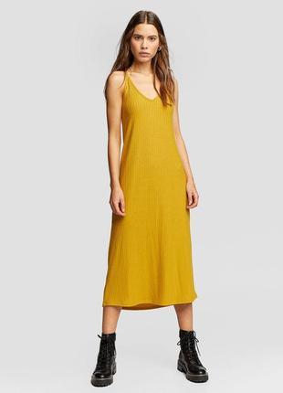 Трикотажное горчичное платье в рубчик миди длины stradivarius