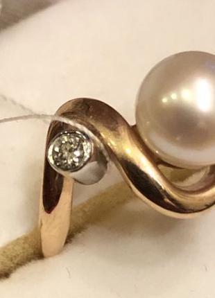 Кольцо золотое с жемчужиной и бриллиантом.