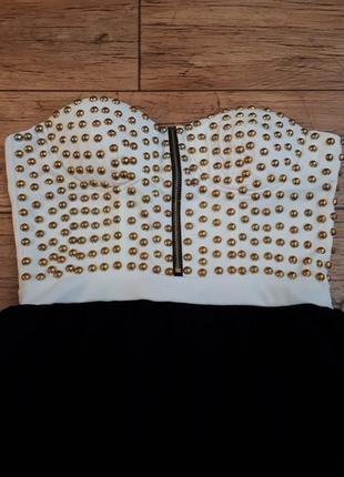 Короткое платье без бретелей бюстье белое с черной юбкой декор...