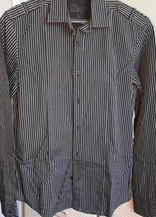 Приталенная черная рубашка в полоску с погонами