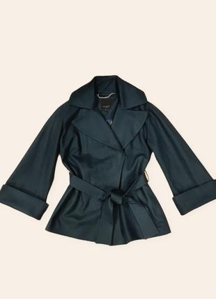 Женское шерстяное пальто изумрудного цвета с расклешенными рук...