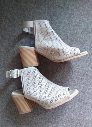 Удобные стильные босоножки на устойчивом каблуке