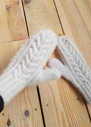 Теплые белые варежки из пушистой пряжи мохер шерсть ручная работа