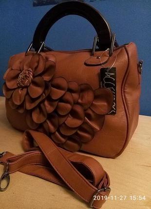 Стильная и необычная сумка среднего размера с деревянными ручками