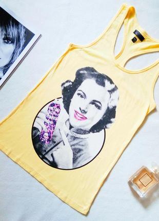 Желтая майка с открытыми лопатками и ярким принтом