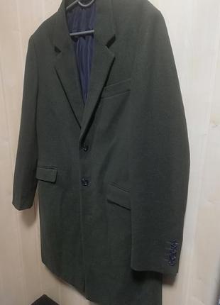 Пальто изумрудного цвета.