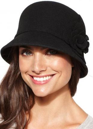 Красивая черная фетровая шляпа
