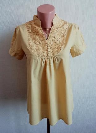 Хлопковая блуза желто-горчичного цвета украшенная кружевом с к...