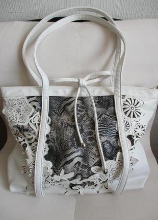 Красивая белая сумка с перфорацией