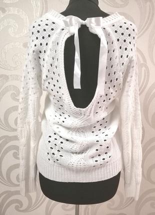 Вязаный свитер с вырезом на спине.