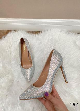 Туфли со стразами на каблуке