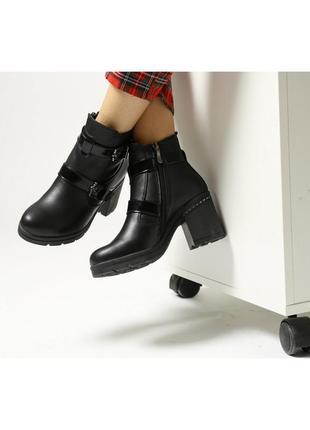Зимние женские кожаные ботинки на широком и устойчивом каблуке