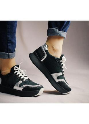 Зеленые кожаные кроссовки на высокой подошве