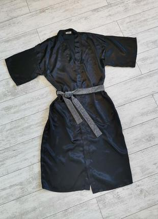 Черный атласный халат с серебристым поясом