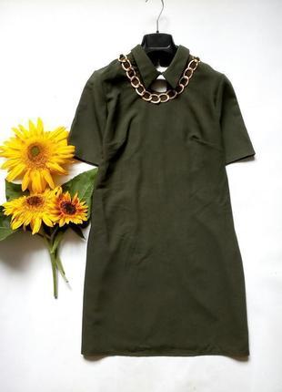 Красивое платье с вырезом спереди под воротничком