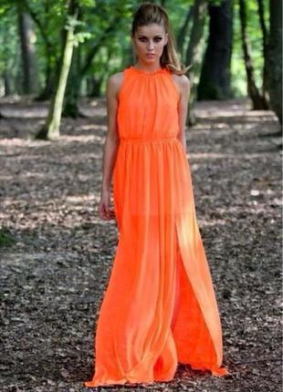 Яркое нарядное плиссированное платье в пол