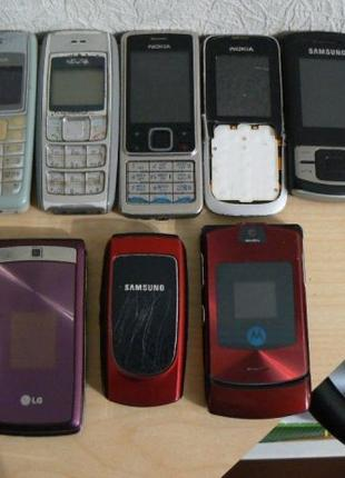 11 мобильных телефонов одним лотом.