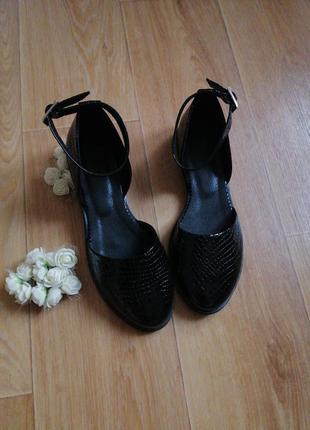 Чёрные лаковые туфли кожа под питона  с пряжками