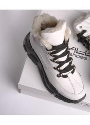 Кожаные белые ботинки с мехом на высокой подошве