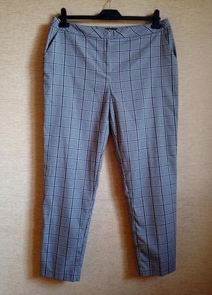 Трендовые брюки в черно-белую клетку, зауженные к низу