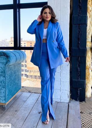 Классический женский брючный костюм с пиджаком в деловом стиле...