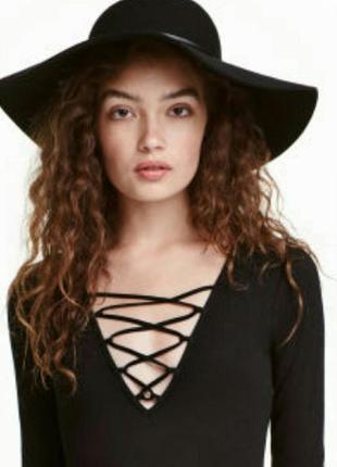 Маленькое черное платье со шнуровкой на груди
