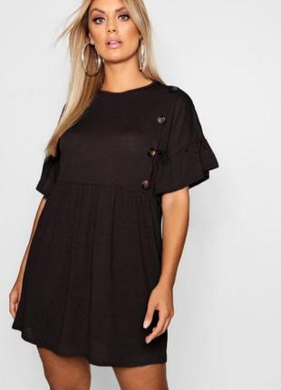 Черное платье с рукавами рюшами