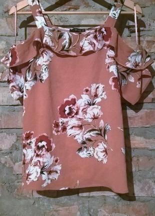Красивая блузка с цветочным принтом.