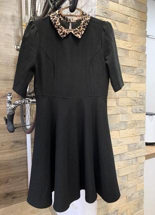 Платье чёрное  красивое приталеное с воротником в принт юбка клёш