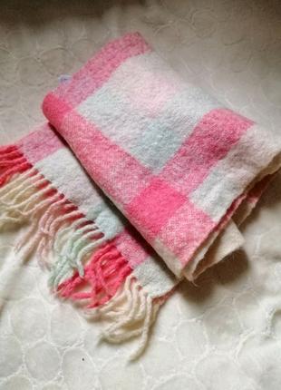 Розовый шарф в клетку.
