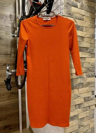 Платье в рубчик прямое морковного оттенка садится по фигуре