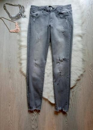 Серые плотные джинсы скинни с необработанным краем снизу потер...