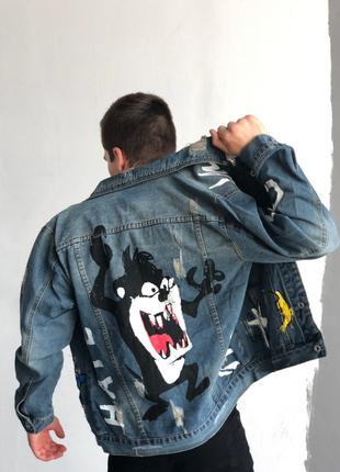 Мужская голубая джинсовая куртка с принтом и нашивкой