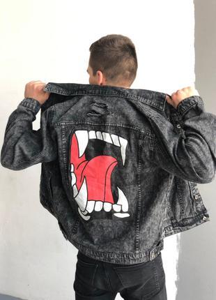 Мужская серая джинсовая куртка с принтом и нашивкой