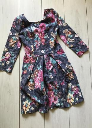 Серое платье в цветы